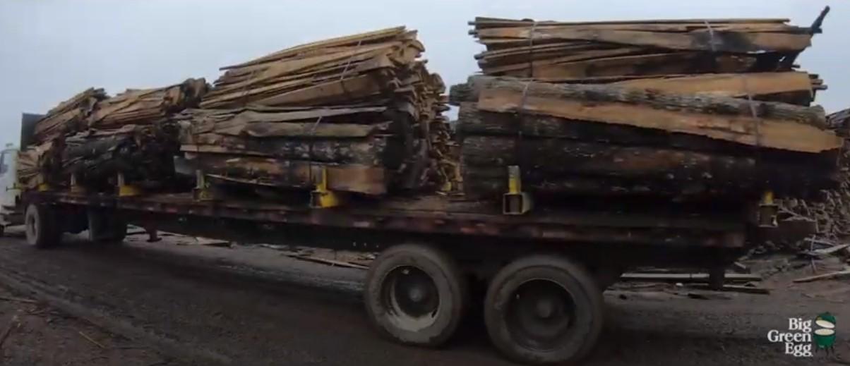 Подготовка древесины для изготовления угля Big Green Egg
