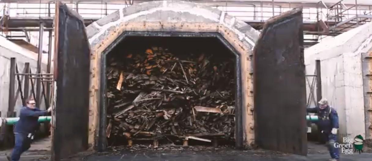 Печь для получения древесного угля Big Green Egg